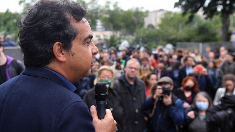 Le journaliste Patrick Cohen, le 30 juin 2021 lors d'une manifestation des salariés d'Europe 1. (ALAIN JOCARD / AFP)