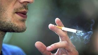 Fumer coûte en moyenne 250 euros par mois. (JEAN FRAN?OIS OTTONELLO / MAXPPP)