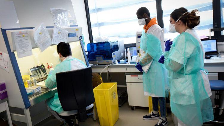 Le personnel hospitalier de l'Institut hospitalo-universitaire Méditerranée de Marseille (Bouches-du-Rhône) le 26 février 2020. (GERARD JULIEN / AFP)