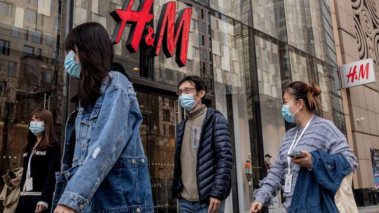 Une boutique H&M à Pekin (Chine). Photo d'illustration. (NICOLAS ASFOURI / AFP)