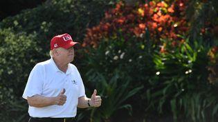 Le président américain Donald Trump, le 29 décembre 2017, lors d'un partie de golf à son club privé de Mar-a-Lago, en Floride (Etats-Unis). (NICHOLAS KAMM / AFP)