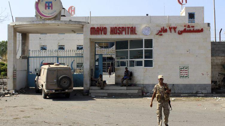 Un membre des forces pro-gouvernementales devant un hôpital de Hodeïda, le 13 novembre 2018. (SALEH AL-OBEIDI / AFP)