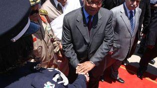 Jacob Zuma (C) à côté du premier ministre libyen, Baghadi al-Mahmudi (D), à son arrivée à Tripoli, le 30 mai 2011 (AFP/Mahmud TURKIA)