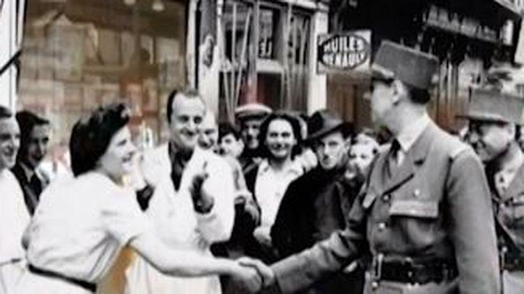 Le général de Gaulleaccueilli par la fouleà Bayeux, en juin 1944. ( FRANCE 2 / FRANCE TV INFO )