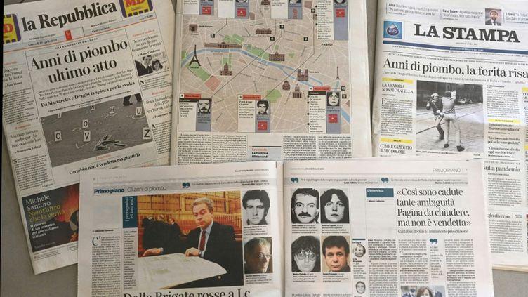Des journaux italiens racontent l'arrestation d'anciens militants des Brigades rouges, en France, le 29 avril 2021. (VINCENZO PINTO / AFP)
