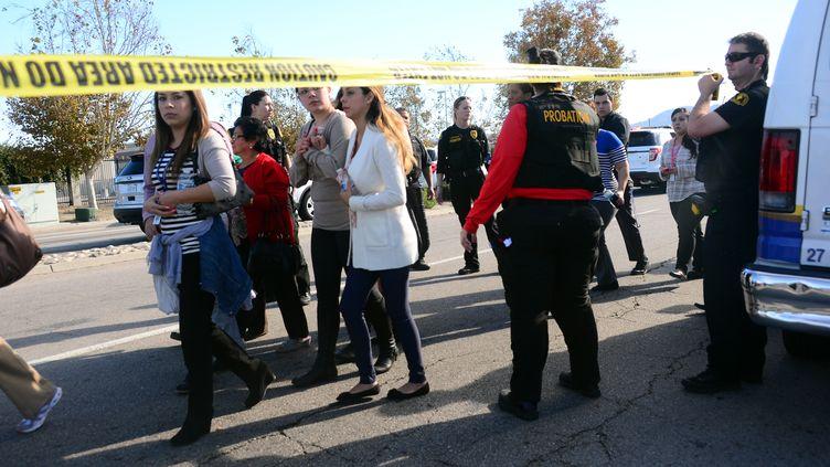 Des personnes sont évacuées du centre où a eu lieu une fusillade le 2 décembre 2015 à San Bernardino, en Californie (Etats-Unis). (FREDERIC J. BROWN / AFP)