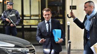 Le candidat d'En marche ! à l'élection présidentielle, Emmanuel Macron, quitte son domicile à Paris, le 3 mai 2017. (CHRISTOPHE ARCHAMBAULT / AFP)