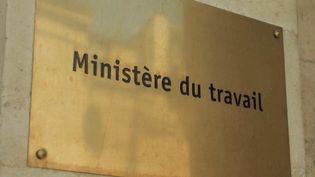 """Plan """"1 jeune, 1 solution"""" : l'État accuse des retards dans le versement des aides (FRANCE  3)"""