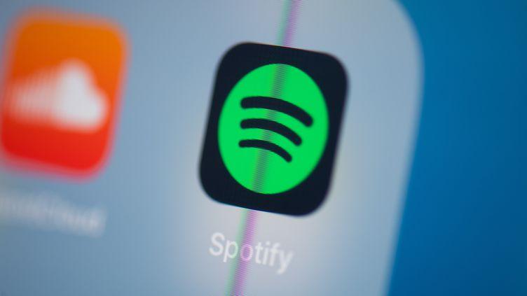 Le logo de l'application de streaming musical Spotify sur l'écran d'une tablette, à Paris le 24 juillet 2019 (photo d'illustration). (MARTIN BUREAU / AFP)