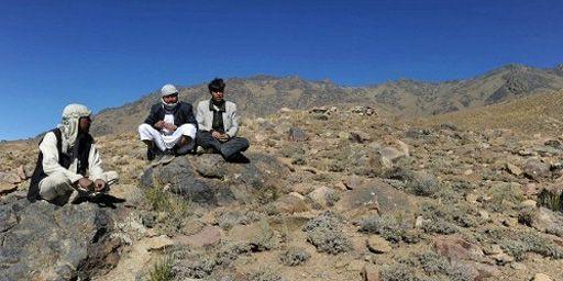 Villageois afghans à Kotal-e-Khershkhan dans la province de Wardak (centre de l'Afghanistan) le 25 septembre 2010. Le site abriterait parmi l'une des plus importantes réserves de minerai de fer au monde, que les autorités souhaitent faire exploiter par des firmes étrangères. (Shah Marai)