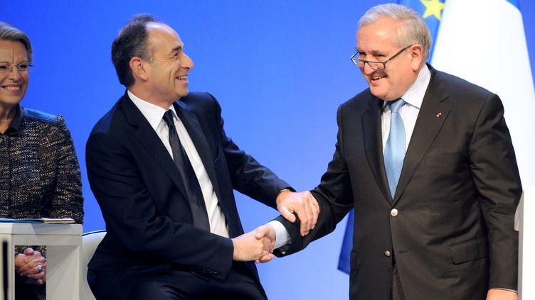Le secrétaire général de l'UMP Jean-François Copé et le sénateur UMP de la Vienne Jean-Pierre Raffarin, lors du Conseil national du parti à Paris, le 28 janvier 2012. (JOHANNA LEGUERRE / AFP)