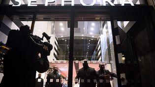 Des vigiles ferment les portes du magasin Sephora des Champs-Elysées, à Paris, à 21 heures, le 9 octobre 2013. (LIONEL BONAVENTURE / AFP)