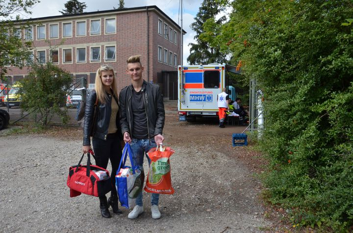 Julia, 22 ans, et Niklas, 18 ans, apportent du thé pour les réfugiés, le 8 septembre 2015 à Munich (Allemagne). (THOMAS BAIETTO / FRANCETV INFO)
