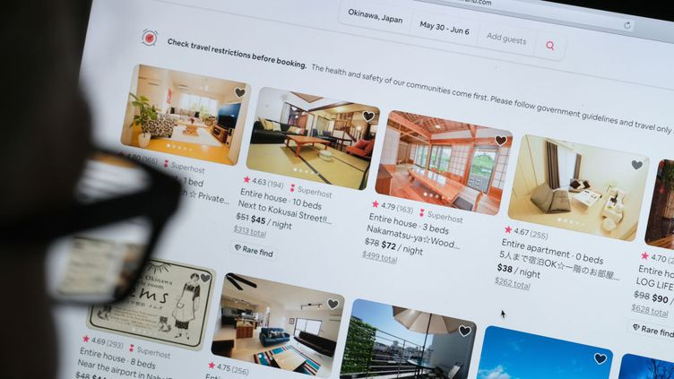 Le site internet d'Airbnb, le 20 avril 2021. (YURIKO NAKAO / GETTY IMAGES EUROPE)