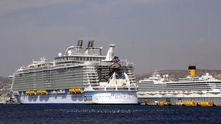 """""""L'Harmony of the Seas"""" dans le port de Marseille, le 13 septembre 2016. (MAXPPP)"""
