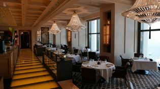 """La salledu """"Caprice"""", le restaurant étoilé du Four Seasons à Hong Kong, avec vue imprenable sur la baie en contrebas. 70 couverts midiet soir.   (EMMANUEL LANGLOIS)"""