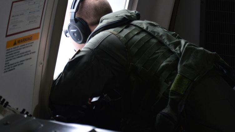 Un cliché de l'US Navy lors des opérations de recherche d'éventuels débris du Boeing disparu de la Malaysia Airlines, lundi 24 mars 2014. (ERIC A. PASTOR / US NAVY / AFP)