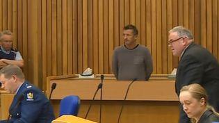 Phil Rudd devant le tribuanal (au fond), le 6 novembre 2011  (TVNZ / AFP)