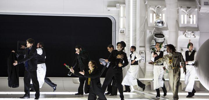 Sur scène cohabitent les personnages fin XIXe siècle et les cosmonautes...  (Bernd Uhlig / Opéra national de Paris)