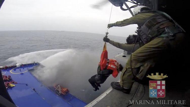 Un rescapé du ferry Norman Atlantic, qui a pris feu dans la mer Adriatique,est hélitreuillé par la marine militaire italienne, le 28 décembre 2014. (REUTERS)