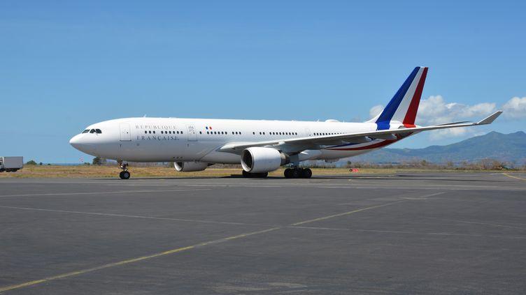 Un Airbus A330aterrit sur le tarmac de l'aéroport deDzaoudzi-Pamandzi, à Mayotte, le 22 octobre 2019. (SAMUEL BOSCHER / AFP)