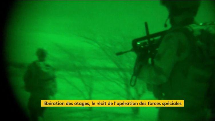 Des soldats français progressent dans le désert de nuit. Photo d'illustration. (FRANCEINFO)