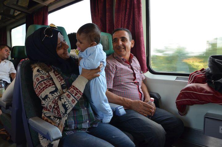 Wissa Ashour, une migrante syrienne, son neveu et son père, le 6 septembre 2015 entre Budapest et Hegyeshalom (Hongrie). (THOMAS BAIETTO / FRANCETV INFO)