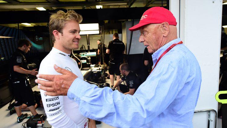 Nico Rosberg en discussion avec Niki lauda (ATTILA KISBENEDEK / POOL)