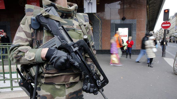 """Un militaire français en patrouille à Paris dans le cadre du plan Vigipirate """"alerte attentat"""", le 10 janvier 2015. (ERIC GAILLARD / REUTERS)"""