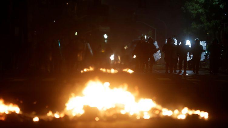 Des policiers anti-émeute, le 15 mars 2017, à Rio de Janeiro (Brésil), lors d'une manifestation contre le gouvernement. (RICARDO MORAES / REUTERS)