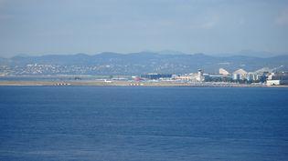 Vue sur l'aéroport de Nice, au bord de la mer sur la Côte d'Azur, le 8 octobre 2016. (WOLFGANG MINICH / PICTURE ALLIANCE / AFP)
