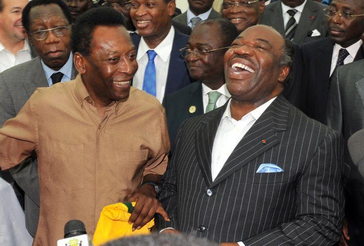 Pelé et Ali Bongo au stade de l'Amitié de Libreville (Gabon), le 9 février 2012. (ISSOUF SANOGO / AFP)