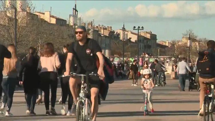 Des promeneurs sur les quais de la Garonne à Bordeaux (Gironde), le 15 mars 2020, en pleine épidémie de coronavirus. (FRANCE 2)