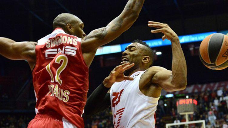 Langford (Milan) face à Simmons (Olympiakos) (GIUSEPPE CACACE / AFP)