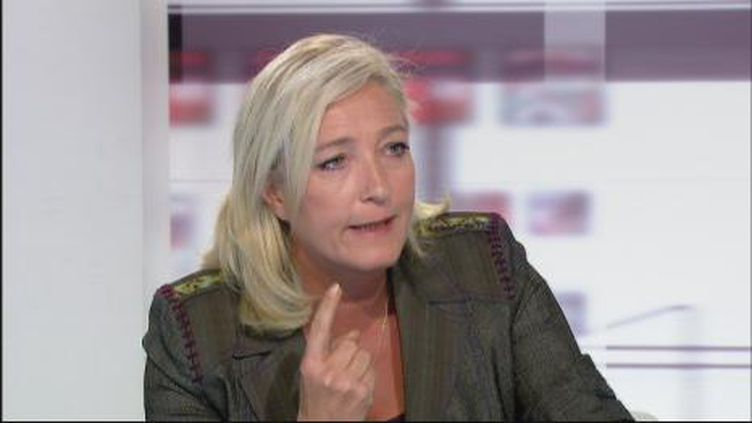 """Marine Le Pen prédit """"l'effondrement de l'euro"""" (France2)"""