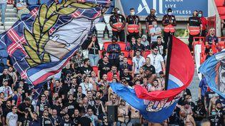 Vendredi 17 juillet, près de 600 ultras se sont rassemblés en bas des tribunes du Parc des Princes lors de la rencontre amicale face à Waasland-Beveren (BRUNO FAHY / BELGA MAG)
