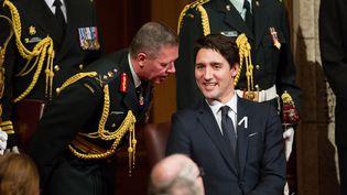 Le Premier ministre canadien Justin Trudeau en discussion avec lechef d'état-major canadien, le général Jonathan Vance, à Ottawa (Canada), le 4 décembre 2015. (GEOFF ROBINS / AFP)
