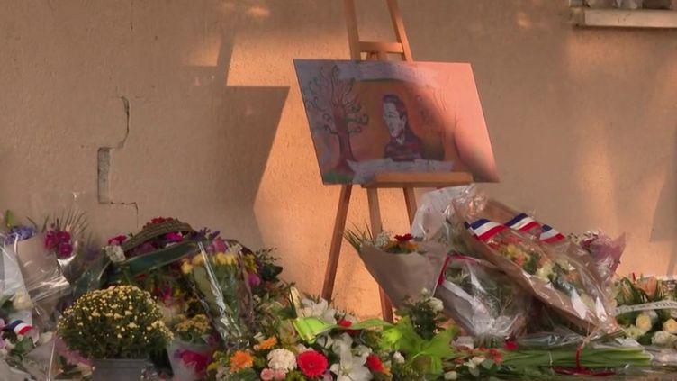 Le 16 octobre 2020, Samuel Paty a été assassiné à quelques pas de son établissement scolaire à Conflans-Sainte-Honorine (Yvelines). Un après, l'émotion était forte lors des hommages. (Capture d'écran France 2)