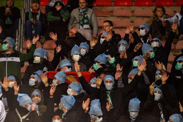 Des supporters de Saint-Etienne protestent contre la reconnaissance faciale en portant masques et lunettes de soleil, lors du match entre Metz et Saint-Etienne, le 2 février 2020. (JEAN-CHRISTOPHE VERHAEGEN / AFP)