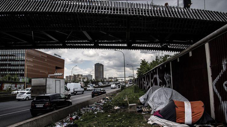 Migrants et réfugiés installés le long du périphèrique parisien, le 14 mai 2019. (CHRISTOPHE ARCHAMBAULT / AFP)