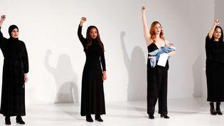 Les quatre fondatrices de la marche des femmes du 21 janvier, ont lu un manifeste percutant pour les droits des femmes lors du défilé de MaraHoffman ah 2017-18, à la Fashion week de New York, février 2017  (Chinsee/WWD/Shutterstoc/SIPA)