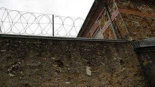 Un des murs d'enceinte de la prison de Fresnes, près de Paris. (PATRICK KOVARIK / AFP)