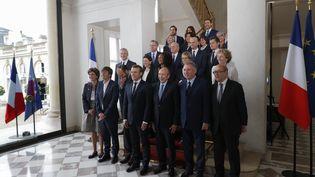 Emmanuel Macron pose avec son gouvernement à l'issue du premier Conseil des ministres, à l'Elysée, jeudi 18 mai 2017. (AFP)