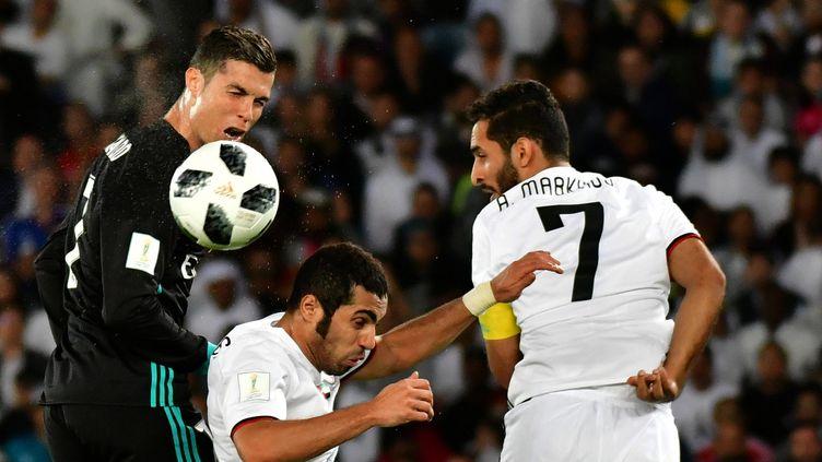 Le Madrilène Cristiano Ronaldo prend le meilleur dans le jeu aérien sur la défense d'Al Jazira au Mondial des Clubs