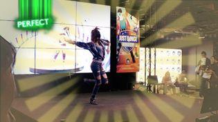 """Une joueuse réalise une chorégraphie sur """"Just Dance"""" à la Paris Games Week. (ANSELME CALABRESE / FRANCEINFO)"""