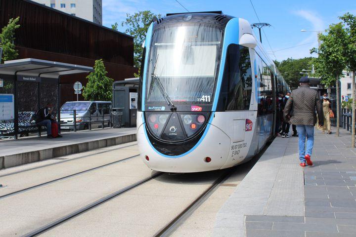 Le tramway de la ligne 4 à Clichy-sous-Bois (Seine-Saint-Denis), le 28 mai 2021. (ELISE LAMBERT / FRANCEINFO)