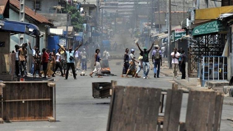 Des manifestants bloquent une route dans un quartier de Treichville à Abidjan, le 21 février 2011. (AFP - Issouf Sanogo)