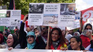 Réclamant des sanctions contre Israël, les 11 500 ont défilé dans le calmeentre la place Denfert-Rochereau et les Invalides. (MUSTAFA YALCIN / ANADOLU AGENCY / AFP)