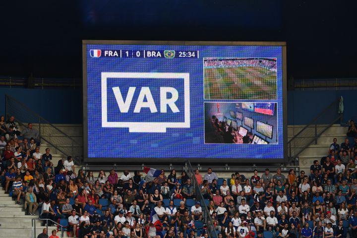 L'écran géant du stade Océane du Havre annonce un recours à l'assistance vidéo à l'arbitrage, dimanche 23 juin, lors du huitième de finale entre la France et le Brésil. (FRANCK FIFE / AFP)