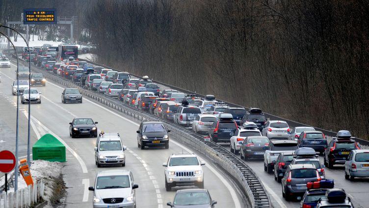 Circulation dense dans les Alpes françaises, le 14 février 2015, en pleine période de vacances. (JEAN-PIERRE CLATOT / AFP)